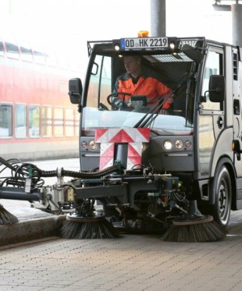 mașina pentru curățenie stradalăstrongCitymaster 1250plus curata pe trotuar